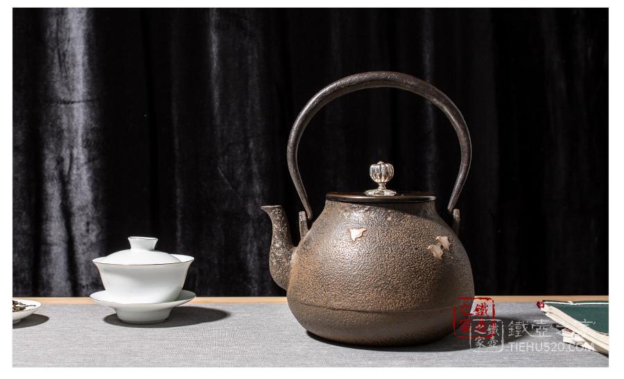 高陵金寿堂 银镶嵌复刻长闲形波千鸟铁壶展示图