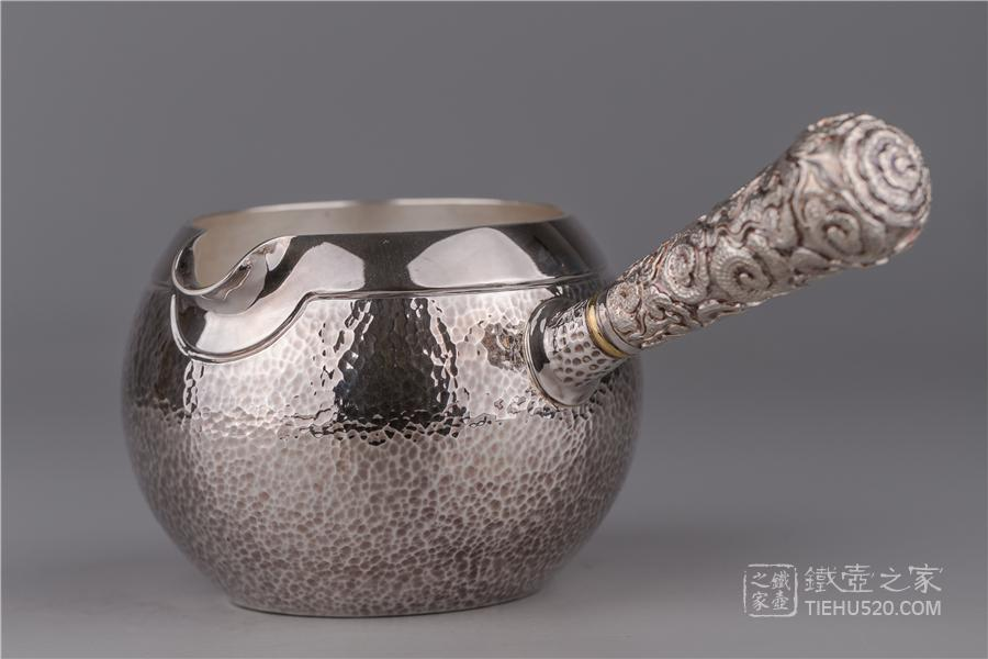 承合银器 锤目纹腰线薰色祥云纹横手纯银公道杯展示图